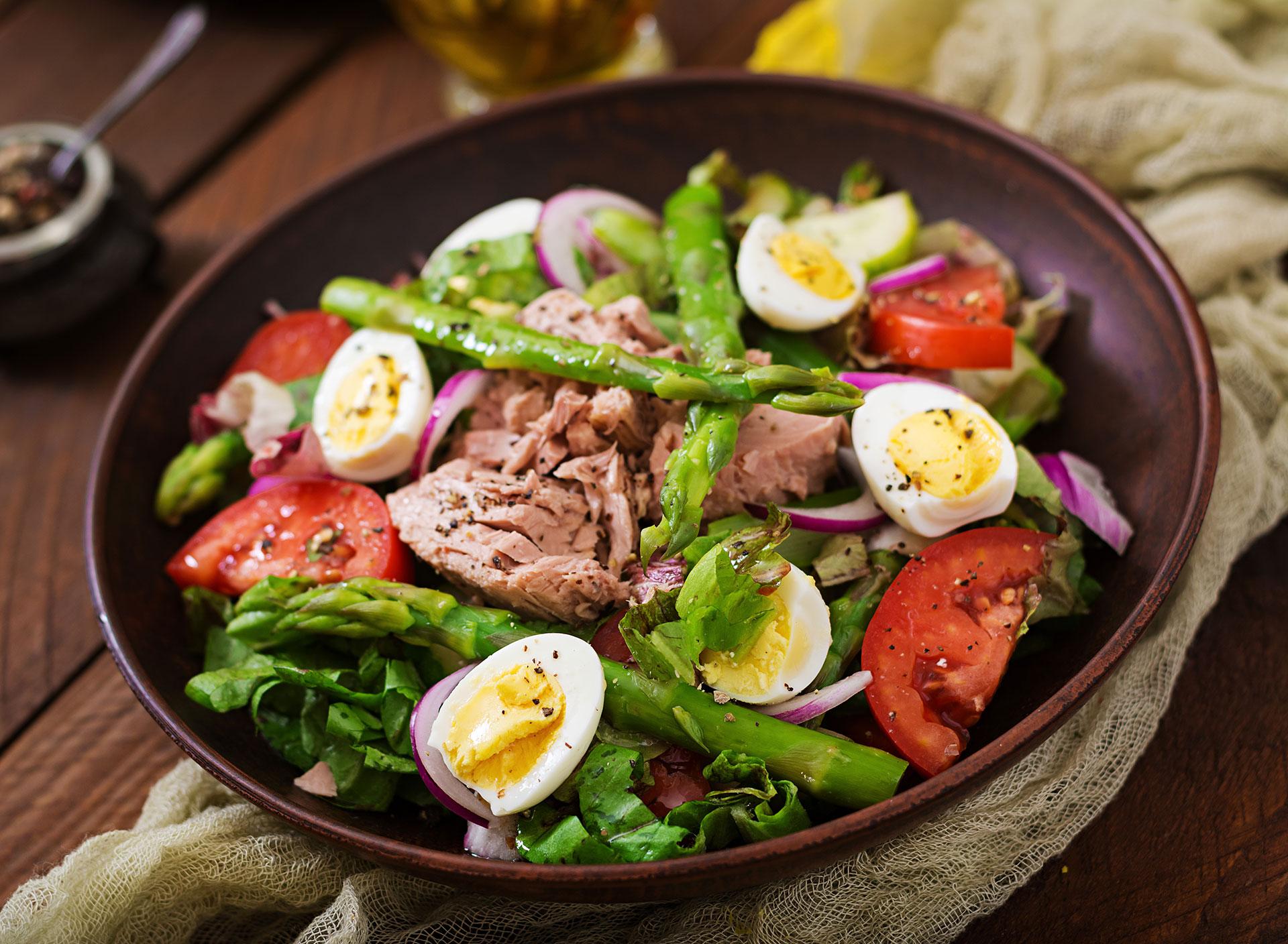 Salată cu ton și sparanghel
